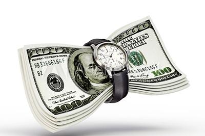 svazek bankovek a drahé náramkové hodinky