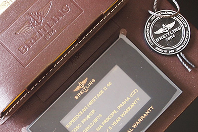 fotografie krabice s dokumenty od luxusních švýcarských hodinek