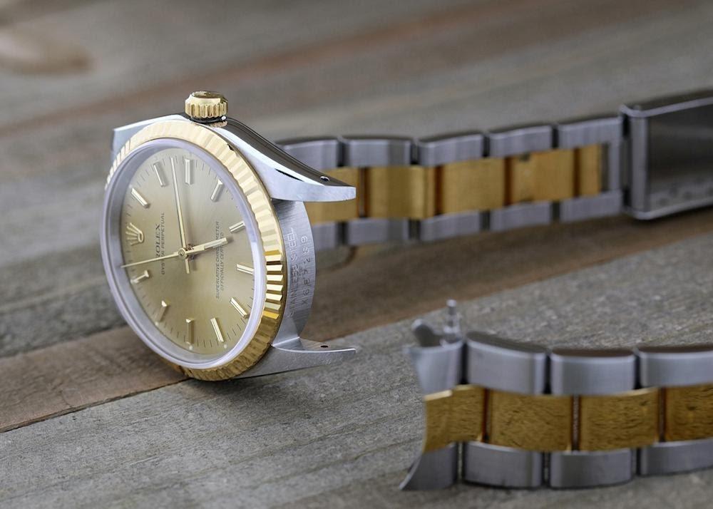 hodinky s odepnutym kovovym tahem, aby slo precist seriove cislo